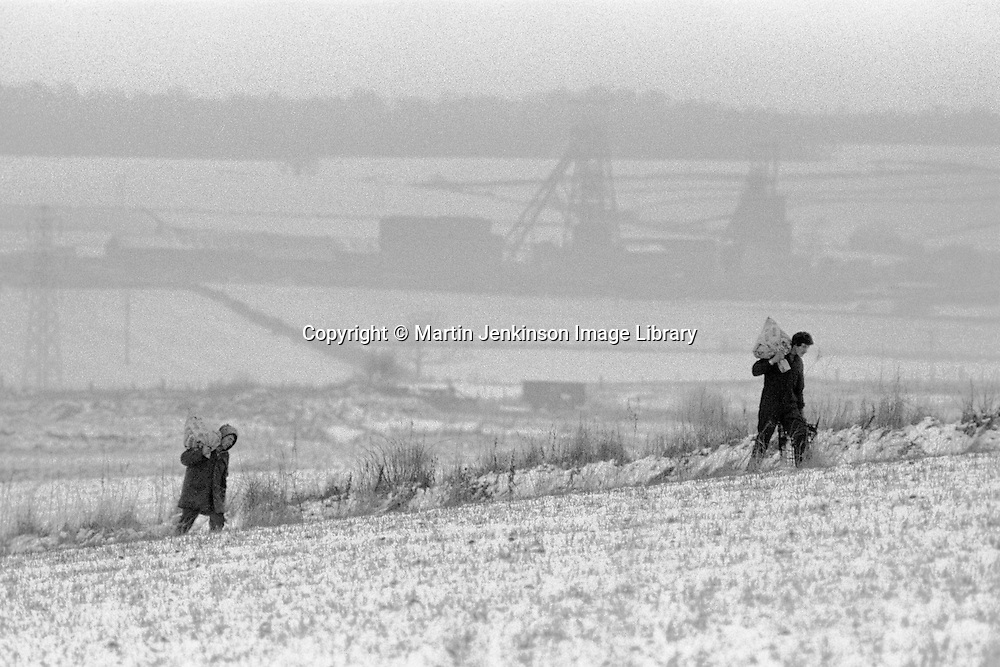 Striking miners carry home coal picked from spoil heaps during the 1984 miners strike..© Martin Jenkinson tel 0114 258 6808  mobile 07831 189363 email martin@pressphotos.co.uk  NUJ recommended terms & conditions apply. Copyright Designs & Patents Act 1988. Moral rights asserted credit required. No part of this photo to be stored, reproduced, manipulated or transmitted by any means without prior written permission.