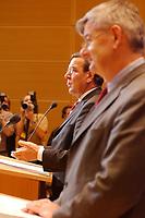 07 OCT 2002, BERLIN/GERMANY:<br /> Gerhard Schroeder (L), SPD, Bundeskanzler, und Joschka Fischer (R), B90/Gruene, Bundesaussenminister, waehrend einer Pressekonferenz nach einer Verhandlungsrunde der Koalitionsverhandlungen zwischen SPD und Buendnis 90 / Die Gruenen, Willy-Brandt-Haus<br /> IMAGE: 20021007-01-009<br /> KEYWORDS: Ministerpräsident