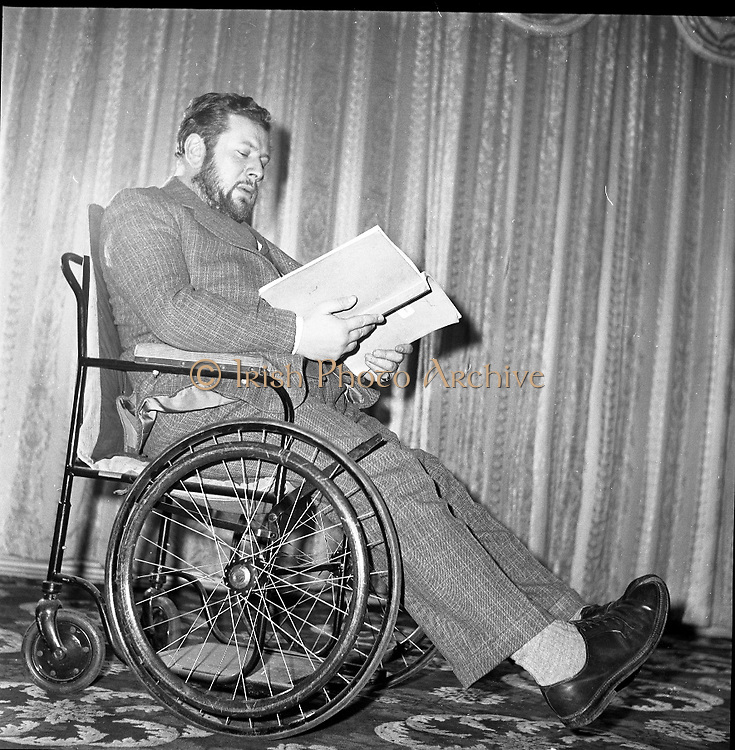 """Peter Ustinov at the Gaiety Theatre, Dublin, prior to acting and directing in his new play """"Photo Finish"""".  .05.03.1962"""