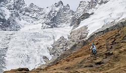 15-09-2017 ITA: BvdGF Tour du Mont Blanc day 6, Courmayeur <br /> We starten met een dalende tendens waarbij veel uitdagende paden worden verreden. Om op het dak van deze Tour te komen, de Grand Col Ferret 2537 m., staat ons een pittige klim (lopend) te wachten. Na een welverdiende afdaling bereiken we het Italiaanse bergstadje Courmayeur. Maartje