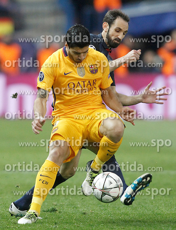 13.04.2016, Estadio Vicente Calderon, Madrid, ESP, UEFA CL, Atletico Madrid vs FC Barcelona, Viertelfinale, Rueckspiel, im Bild Atletico de Madrid's Juanfran Torres (r) and FC Barcelona's Luis Suarez // during the UEFA Champions League Quaterfinal, 2nd Leg match between Atletico Madrid and FC Barcelona at the Estadio Vicente Calderon in Madrid, Spain on 2016/04/13. EXPA Pictures &copy; 2016, PhotoCredit: EXPA/ Alterphotos/ Acero<br /> <br /> *****ATTENTION - OUT of ESP, SUI*****