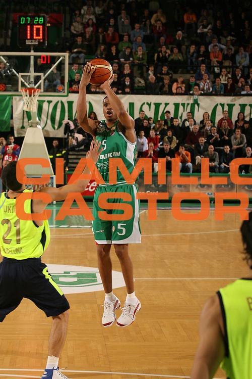 DESCRIZIONE : Treviso Eurolega 2006-07 Benetton Treviso Winterthur FC Barcellona<br />GIOCATORE : Smith<br />SQUADRA : Benetton Treviso<br />EVENTO : Eurolega 2006-2007 <br />GARA : Benetton Treviso Winterthur FC Barcellona<br />DATA : 21/12/2006 <br />CATEGORIA : Tiro<br />SPORT : Pallacanestro <br />AUTORE : Agenzia Ciamillo-Castoria/M.Marchi