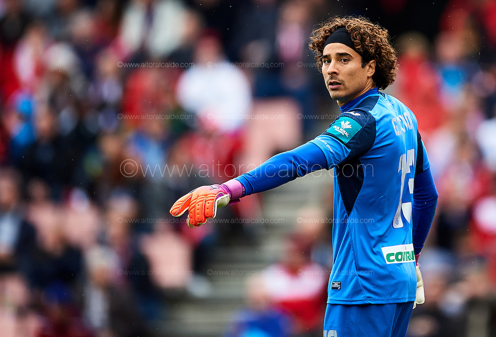 GRANADA, SPAIN - DECEMBER 03:  Francisco Guillermo Ochoa of Granada CF reacts during the La Liga match between Granada CF and Sevilla FC at Estadio Nuevos Los Carmenes on December 03, 2016 in Granada, Spain.  (Photo by Aitor Alcalde Colomer/Getty Images)