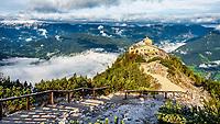 Das Kehlsteinhaus an einem Berghang 1938 errichtet ist eine faszinierende Attraktion mit historischer Bedeutung. Das Eagle's Nest liegt in 1.834 m Höhe auf dem Kehlstein und bietet dem Besucher einen der schönsten Blicke auf die Gebirgszüge der Alpen.