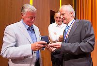 UTRECHT - Henk van Hoof en Nico Kooij worden onderscheiden door voor zitter Jan Albers. Algemene Ledenvergadering  KNHB bij de Rabobank in Utrecht. . COPYRIGHT KOEN SUYK