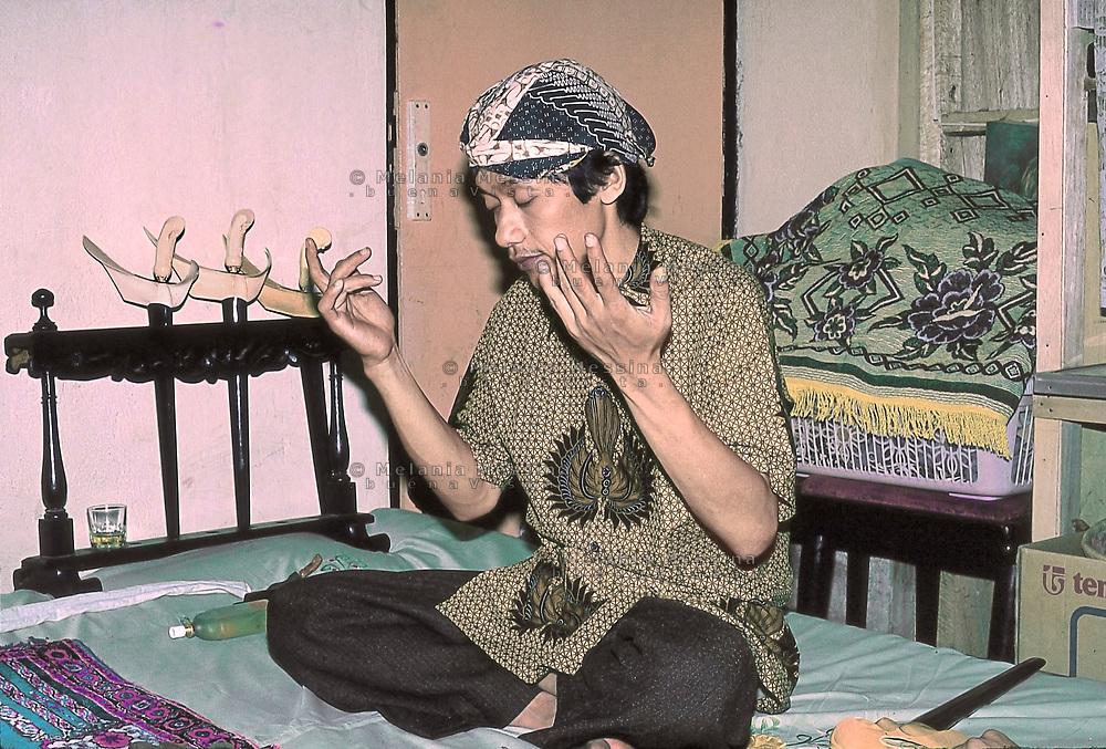 Indonesia, Java island; meditation of Pak Iman before starting  the ritual of the Kris.<br /> Indonesia, isola di Giava; meditazione del dukun Pak Iman prima di dare inizio al rituale del kris.