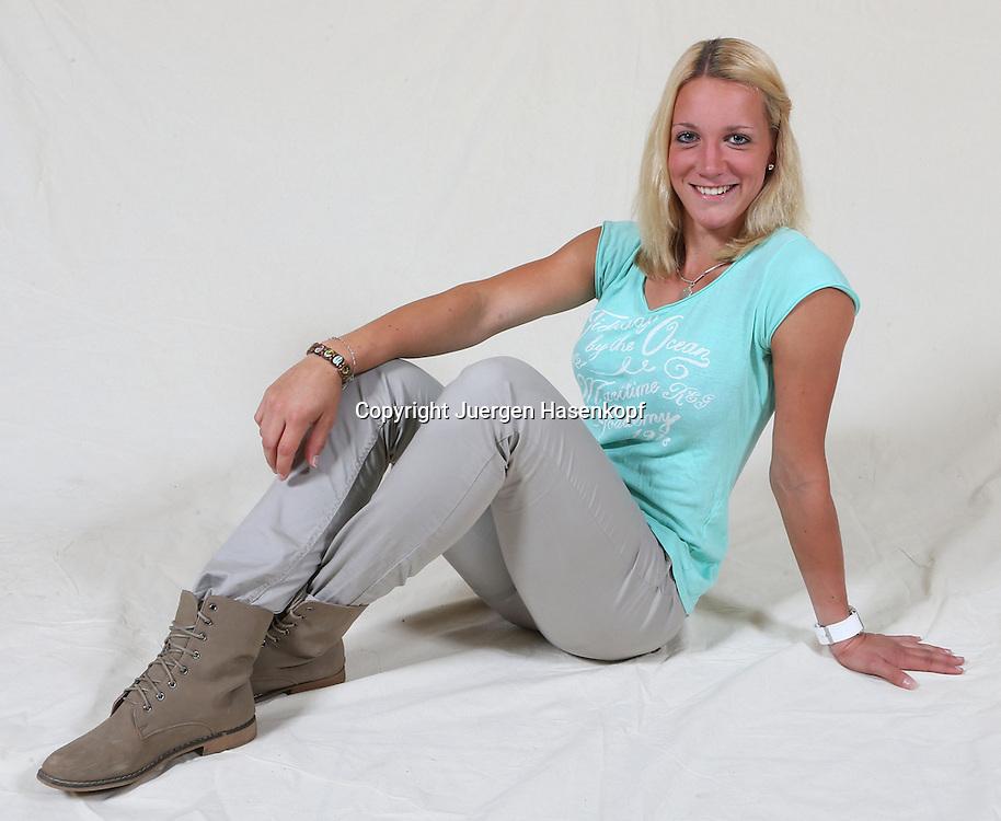 Tennis Profi Dinah Pfizenmaier (GER) sitzt und posiert im Fotostudio,.jungeTennis Talente,Porsche Talent Team,Spielerin,privat,Einzelbild,.Ganzkoerper,Querformat,