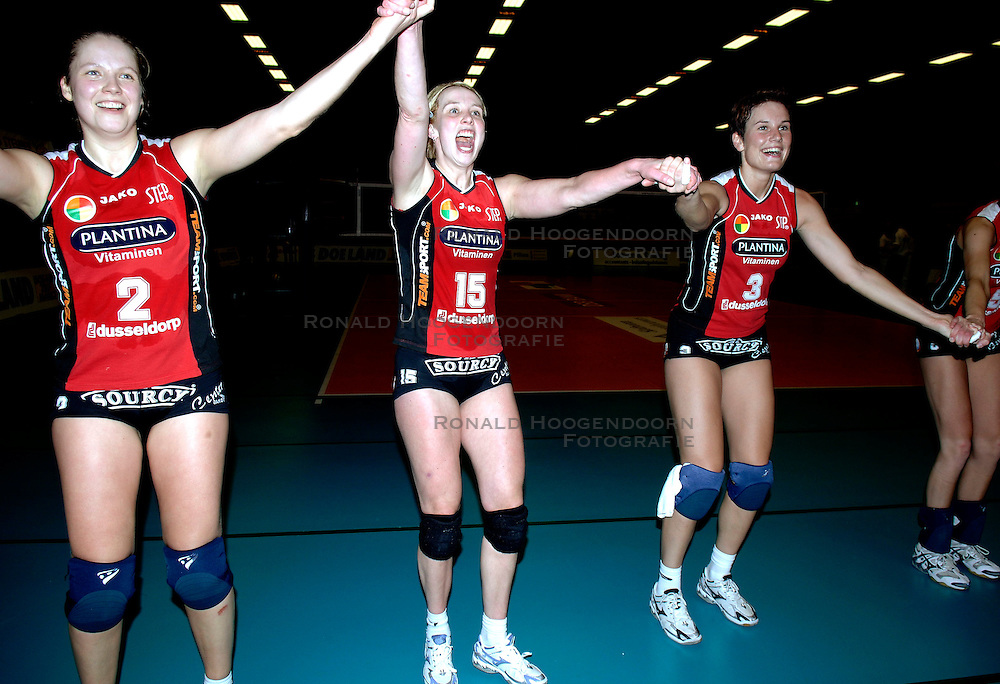 19-01-2006 VOLLEYBAL: TOPTEAMSCUP PLANTINA LONGA - VOLERO ZURICH: LICHTENVOORDE<br /> In de kwartfinale van de strijd op de Top Teams Cup wonnen beide ploegen &eacute;&eacute;n keer met 3-2 en scoorden ze ook nog precies hetzelfde aantal punten en volgt er nu een beslissingswedstrijd / Anneloes Oude Voshaar, Nathalie Reulink, Elles Leferink<br /> &copy;2006-WWW.FOTOHOOGENDOORN.NL