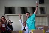 El candidato opositor, Henrique Capriles Radonski muestra su voto en el centro de votación Santo Tomás de Villanueva durante las elecciones primarias realizadas en Caracas, Venezuela, 12 Feb. 2012. (Foto/ivan gonzalez)