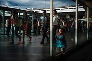 Uma criança parece procurar seus pais entre o fluxo de passageiros no final de tarde na Rodoviária do Plano Piloto, em Brasília. Cerca de um milhão de passageiros passam pelo terminal diariamente.