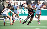 AMSTELVEEN  - Hockey -  2e wedstrijd halve finale Play Offs dames.  Amsterdam-Oranje Rood (2-1) . Maria Verschoor (A'dam) met links Shihori Oikawa (Oranje-Rood) .    COPYRIGHT KOEN SUYK