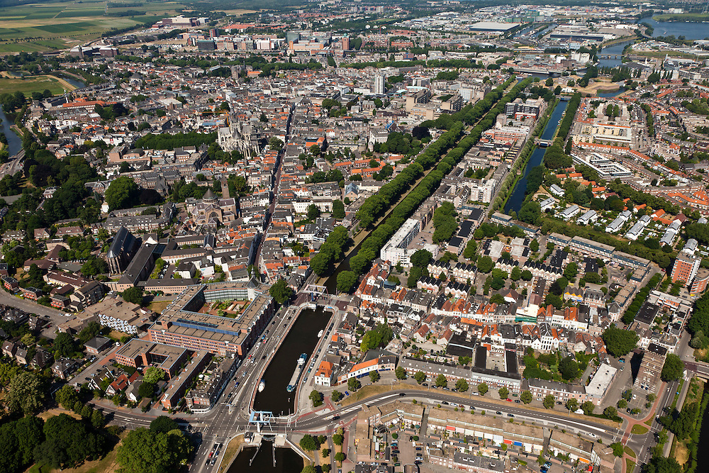Nederland, Noord-Brabant, Den Bosch, 08-07-2010; Zuid-Willemsvaart,  lateraalkanaal van de Maas, verbindt Maastricht met Den Bosch. .Het laatste deel van het kanaal door de binnenstad is te klein, er wordt een nieuwe aftakking naar de Maas gegraven (buiten de stad om). .South Willemsvaart, lateral channel of the Meuse, connects Maastricht with Den Bosch.The last part of the canal through the town is too small, a new branch is being dug (outside the city)..luchtfoto (toeslag), aerial photo (additional fee required).foto/photo Siebe Swart