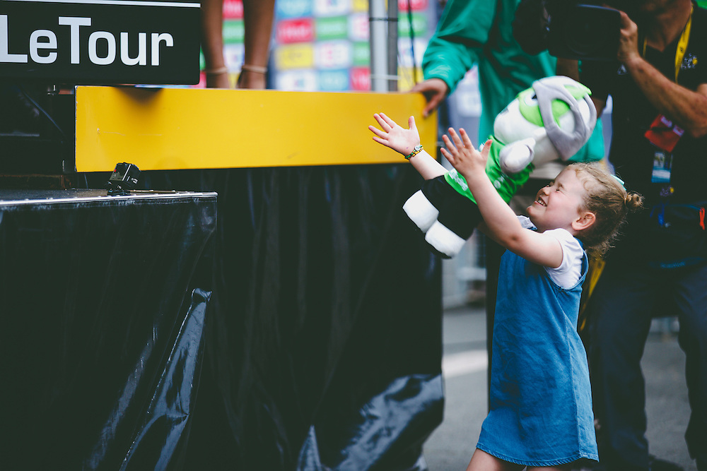 Mark Cavendish's daughter, Delilah, catches the maillot vert Skoda mascot as her dad takes the green jersey on stage. Photo: Iri Greco / BrakeThrough Media | www.brakethroughmedia.com