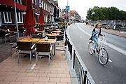 In Roermond is het fietspad aan de Roerkade verlegd om meer plaats te bieden aan de terrassen van de horeca. Tegelijk is de weg voor auto's eenrichting geworden. Via een hekwerk worden fietsers weer het oorspronkelijke fietspad opgestuurd. De hekken zijn te verplaatsen als wegens werkzaamheden aan de singels de Roerkade tijdelijk weer tweerichtingsverkeer moet zijn. <br /> <br /> In Roermond, the bicycle path at the Roerkade shifted to accommodate the terraces of the hospitality industry. At the same time, the road for cars have become one-way. Through a fencing cyclists be sent to the original cycle again. The fences can be moved if the Roerkade has to be two-way temporary in case of road works on the city ring.