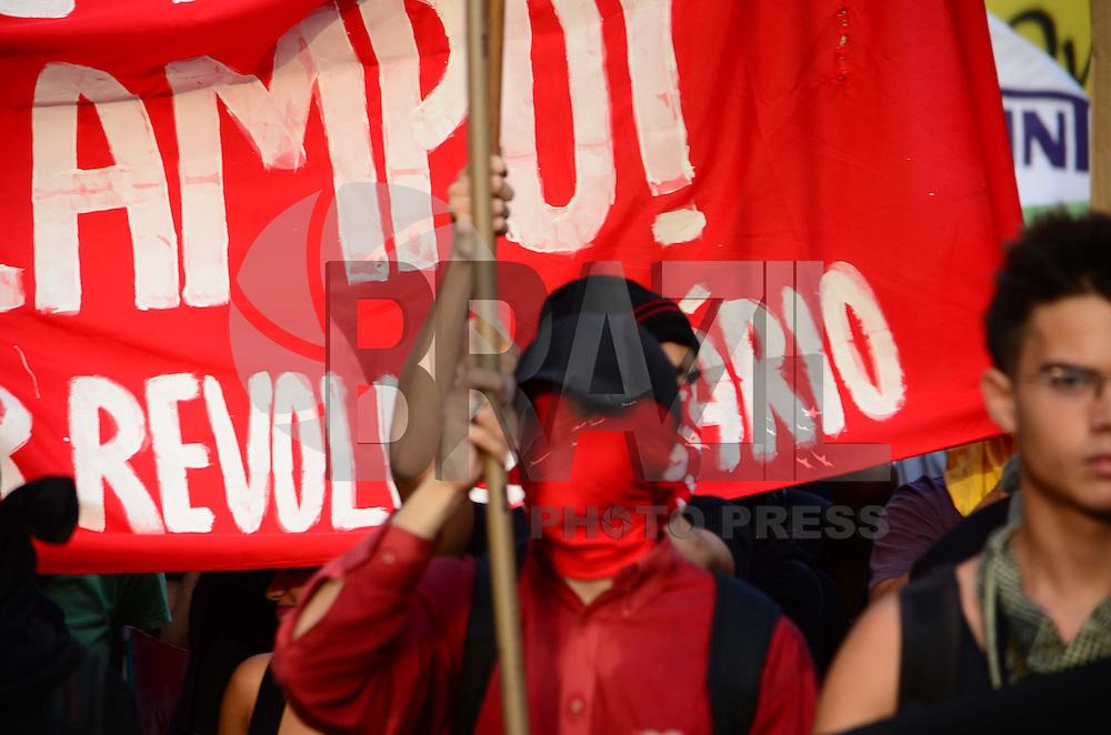 RIO DE JANEIRO, RJ, 16.01.2015 -PROTESTO PASSE LIVRE Manifestantes contrarios ao reajuste do valor da passagem de onibus realizam protesto na Candelaria, centro do Rio de Janeiro, nesta sexta-feira, 16. (Foto: Jorge Hely / Brazil Photo Press).