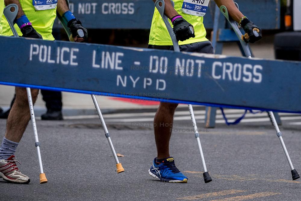 04-11-2017 USA: NYC Marathon We Run 2 Change Diabetes day 2, New York<br /> De dag van de marathon, 42 km en 195 meter door de straten van Staten Island, Brooklyn, Queens, The Bronx en Manhattan / Beveiliging, security, police, politie, aanslag, gehandicapt