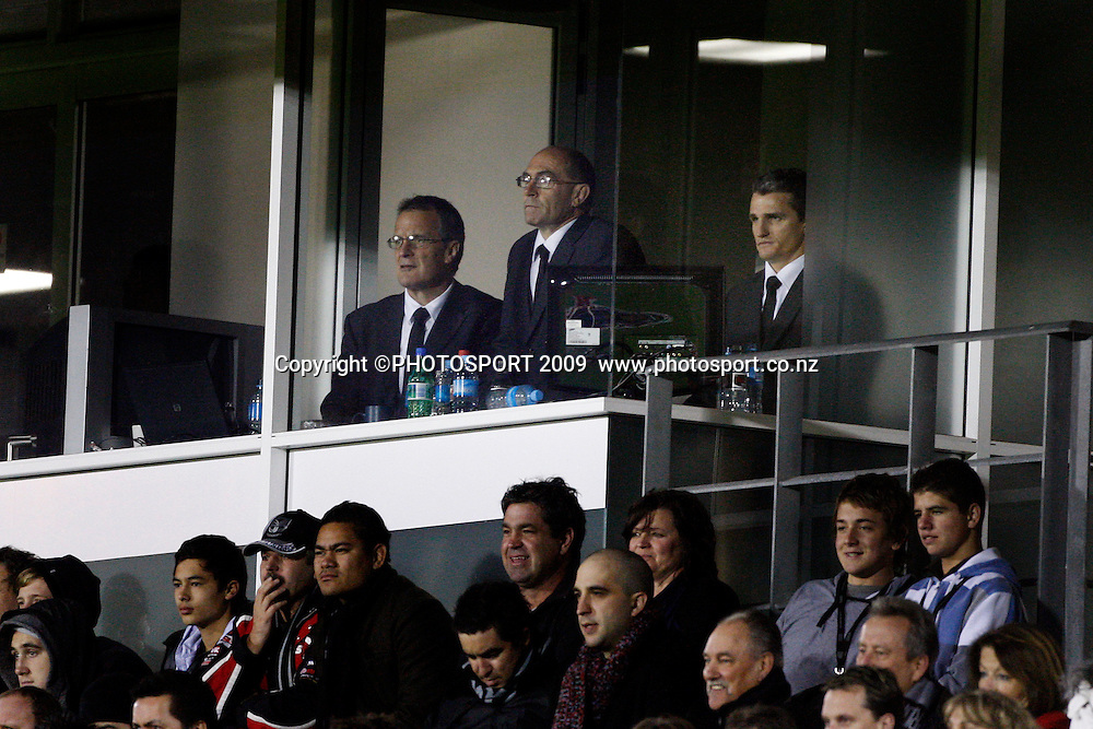 Richard Becht, John Ackland and head coach Ivan Cleary watch the match unfold from the coaches box. NRL. Vodafone Warriors v Canterbury Bulldogs, Mt Smart Stadium, Auckland, New Zealand. Sunday 12 July 2009. Photo: Andrew Cornaga/PHOTOSPORT<br />