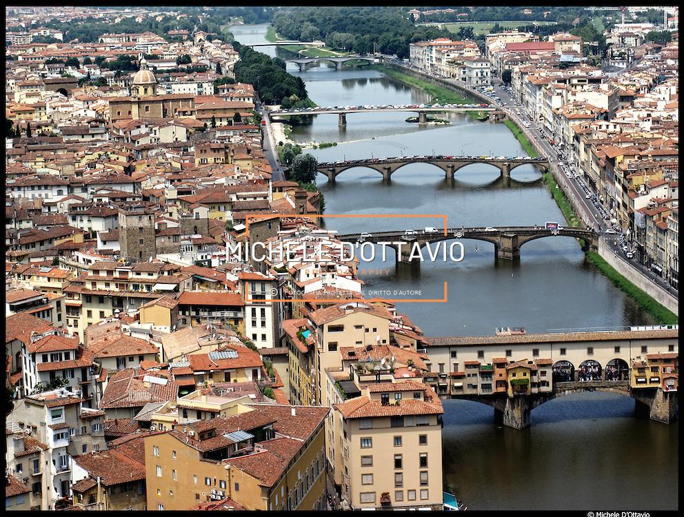 Il fiume Arno nel tratto del centro storico di Firenze, in primo piano il Ponte Vecchio.....Fotografie aeree a bassa quota di diverse parti della città realizzate da un pallone aerostatico che ha sorvolato sul cielo di Firenze con appesa una macchina fotografica.