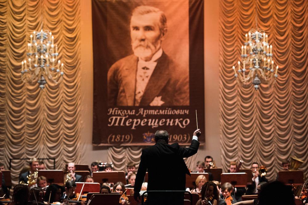 Concert organis&eacute; lors d'un gala /vente aux ench&egrave;res organis&eacute;e &agrave; Kiev pour recueillir des fonds pour le d&eacute;veloppement de la ville, le 16 decembre 2015.<br /> <br /> Musicians perform at a concert benefiting Hlukhiv on December 16, 2015 in Kyiv, Ukraine. In the background is a poster featuring Terestchenko's ancestor, Nikola Terestchenko.