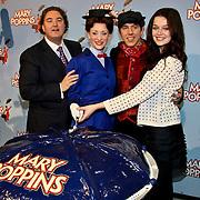 NLD/Amsterdam/20100210 -  1e repetitiedag musical Mary Poppins, Erwin van Lambaart, Noortje Herlaar, William Spaaij, Sophie Veldhuizen snijden de taart aan