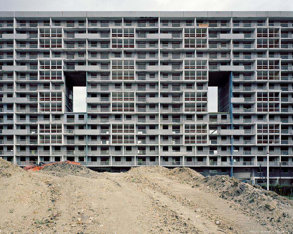 La courneuve (Seine-Saint-Denis) - Cité des 4000. Démolition par grignotage de la barre Balzac, 17 aout 2011.