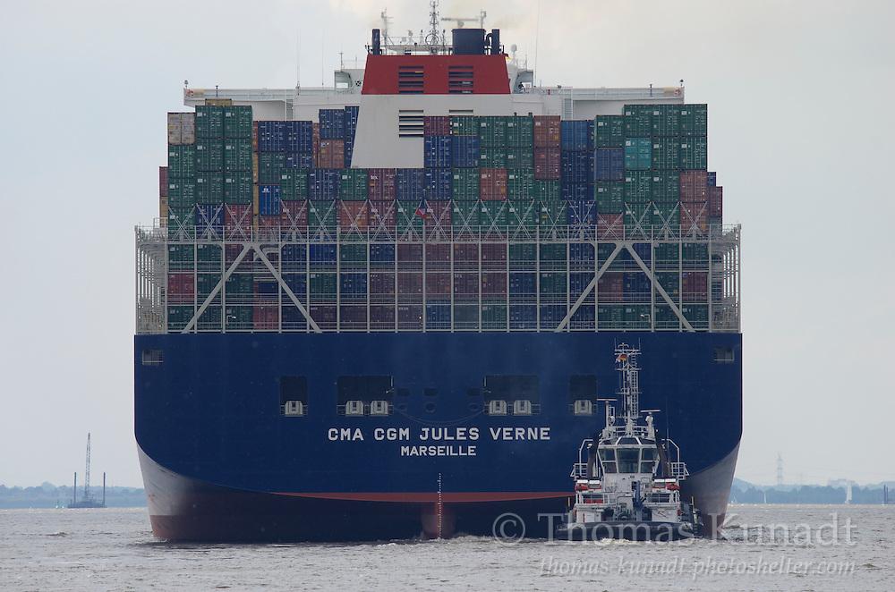 CMA CGM JULES VERNE am 14.6.2013 verlässt Hamburg mit dem Schlepper HUNTE