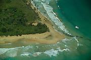 Bocas del Toro es una provincia de Panamá y su capital es la ciudad homónima de Bocas del Toro. Tiene una extensión de 4 643,9 km?, una población de 125,461 habitantes (2010)1 y sus límites: al norte con el mar Caribe, al sur con la provincia de Chiriquí, al este y sureste con la comarca Ngäbe-Buglé, al oeste y noroeste con la provincia de Limón de Costa Rica; y al suroeste con la provincia de Puntarenas de Costa Rica. La provincia incluye la isla Escudo de Veraguas que se encuentra en el golfo de los Mosquitos y separada del resto por la península Valiente.<br /> <br /> En la provincia de Bocas del Toro, la geografía y la cultura han influido las relaciones de producción: agrícolas en tierra firme (Changuinola, Almirante, Guabito y Chiriquí Grande) con población mayoritariamente indígena y cuyo principal cultivo es el banano que registra un gran aporte al país en cuanto a exportación, principalmente a los Estados Unidos y Europa; y turística - de servicios en el archipiélago (Bastimentos y Bocas Isla también llamada Isla Colón) con población latina -afroantillana, cuya economía se basa en el turismo, los servicios y la pesca.<br /> <br /> Los parques nacionales en la provincia son Isla Bastimentos Parque Marino Nacional (Parque Nacional Marino Isla Bastimentos), que contiene la mayor parte de la Isla Bastimentos y algunas islas cercanas más pequeñas, y el Parque Internacional La Amistad (Parque Internacional La Amistad), que se extiende por el Costa Rica-. frontera Panamá  Bocas del Toro contiene la mayor parte de la sección panameña del parque, que cubre 400.000 hectáreas (4.000 km2, 1544 millas cuadradas). La sección costarricense del parque abarca 584.592 hectáreas (5.846 km2, 2257 millas cuadradas). Parque Internacional La Amistad, declarado Patrimonio de Humanidad por la UNESCO.<br /> ©Alejandro Balaguer/Fundación Albatros Media.