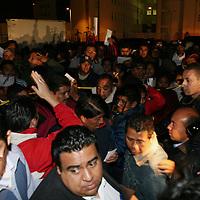 Toluca, Mex.- Comerciantes desalojados la madrugada del martes de la zona Terminal - Mercado Juarez, son reubicados en un predio de la colonia Nicolas San Juan, en las cercanias de la zona de hospitales, instalando desde temprana hora sus puestos para iniciar con sus actividades en el nuevo tiangis del viernes. Agencia MVT / Mario Vazquez de la Torre. (DIGITAL)<br /> <br /> <br /> <br /> <br /> <br /> <br /> <br /> NO ARCHIVAR - NO ARCHIVE