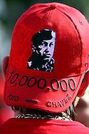Gorra en apoyo al presidente venezolano, Hugo Chávez hoy, 30 de noviembre de 2007, en la avenida Bolívar de la capital donde está convocado el cierre de la campaña a favor de la reforma constitucional, el mismo espacio en el que ayer se concentró una multitud opuesta a los cambios en la Carta Magna de 1999 en un referendo que se realizará el próximo domingo. (ivan gonzalez)