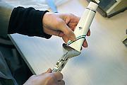 Nederland, Wijchen, 26-10-2004..Apotheker bereidt zelf medicijnen, zalf. Met een knijper wordt de tube afgesloten. geneesmiddelen, apotheek,recept huisarts, kosten gezondheidszorg..Foto: Flip Franssen