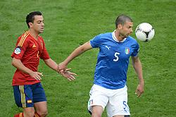 FUSSBALL  EUROPAMEISTERSCHAFT 2012   VORRUNDE Spanien - Italien            10.06.2012 Xavi Hernandez (li, Spanien) gegen Thiago Motta (re, Italien)