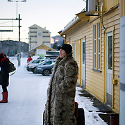 Noorwegen Gol 29 december 2008 20081229 Foto: David Rozing .Vrouw in dikke bontjas wacht op trein treinstation Gol, treintraject Oslo Bergen.Woman waits for train on trainstation, train going from Oslo to Bergen..Foto: David Rozing