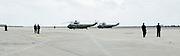 Queens, New York, USA, 20120803: Secret Service-agenter venter på rullebanen på JFK-flyplassen i New York, med Marine One og Marine Two parkert i påvente av sjefen. Helikopterne får designert kallesignal først når presidenten er ombord. Photo: Orjan F. Ellingvag