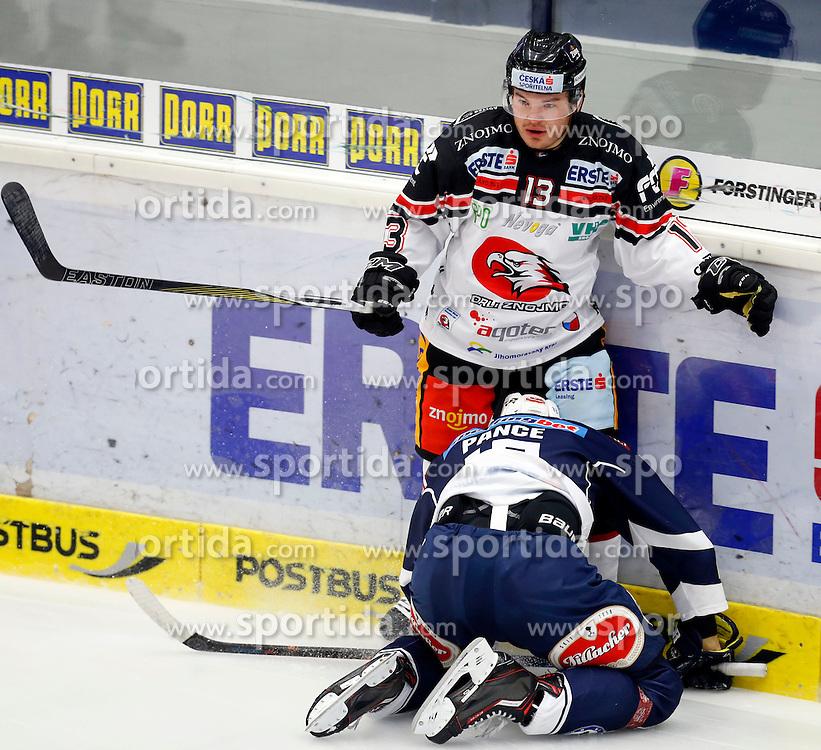 09.10.2015, Stadthalle, Villach, AUT, EBEL, EC VSV vs HC Orli Znojmo, 9. Runde, im Bild Colton Yellow Horn (Znojmo) und Ziga Pance (VSV) // during the Erste Bank Icehockey League 9th round match between EC VSV vs HC Orli Znojmo at the City Hall in Villach, Austria on 2015/10/09, EXPA Pictures © 2015, PhotoCredit: EXPA/ Oskar Hoeher