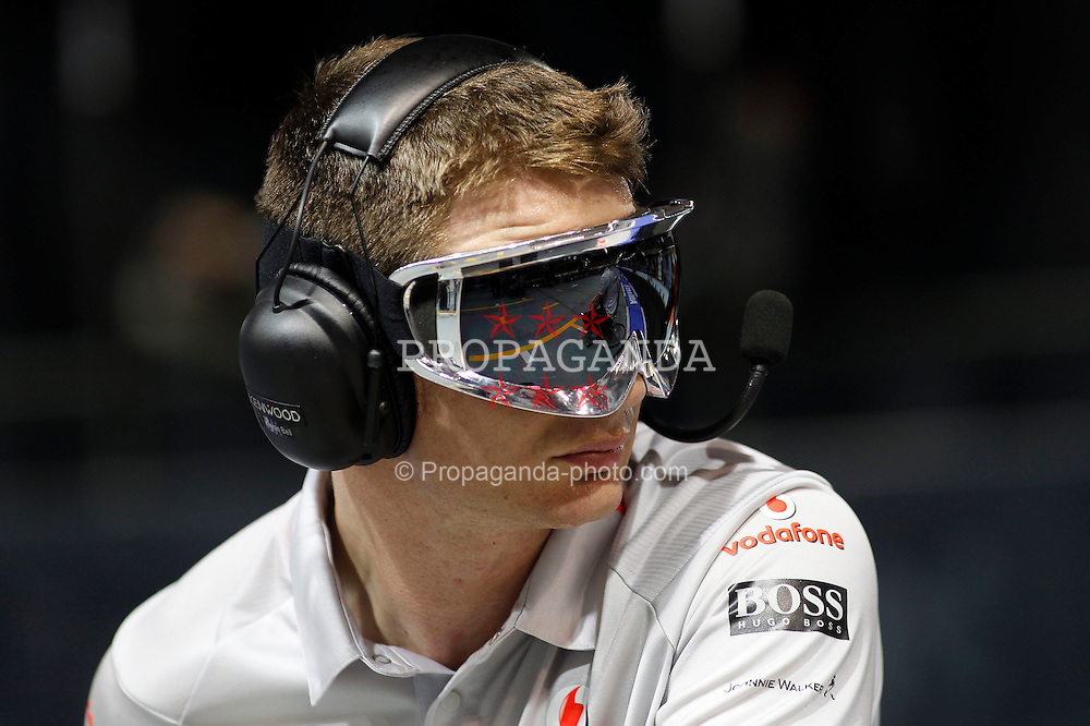 Motorsports / Formula 1: World Championship 2010, GP of Singapore,  mechanic of Vodafone McLaren Mercedes