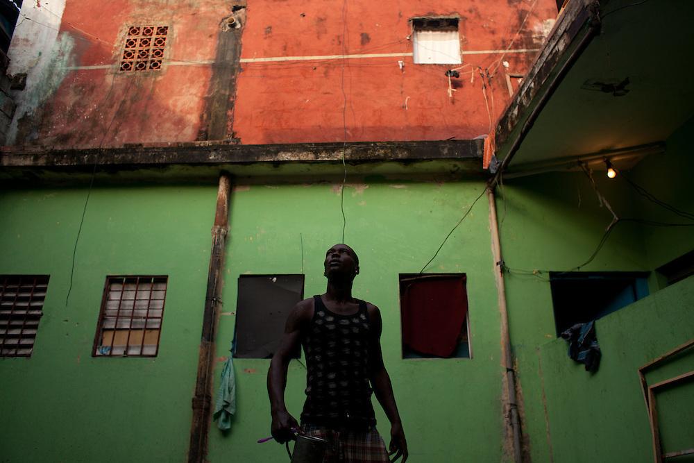 Ruben Black es un joven arrayano de 27 años a quien le gusta rapear. Vive y trabaja como barbero en El Pequeño Haití, populoso barrio del centro de Santo Domingo donde viven decenas de inmigrantes haitianos. Rep Dominicana, Julio 04-09, 2010 (ivan gonzalez)