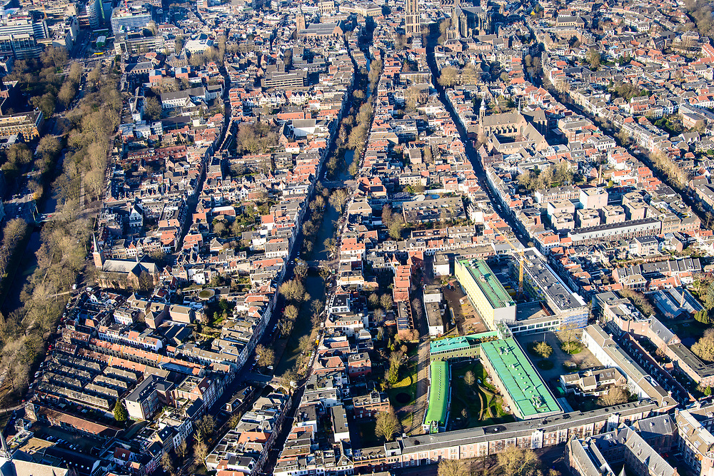 Nederland, Utrecht, Utrecht, 07-02-2018;<br /> Oude gracht,  Vrouw Juttenhof met Willem Arntszstichting (voorgrond).<br /> Inner city Utrecht.<br /> luchtfoto (toeslag op standard tarieven);<br /> aerial photo (additional fee required);<br /> copyright foto/photo Siebe Swart