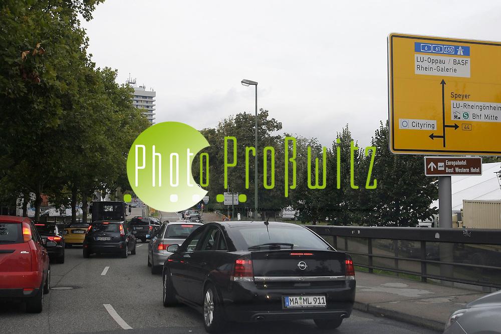 Ludwigshafen. Rheingalerie. Erster BEsucheransturm am Wochenende.<br /> <br /> <br /> Bild: Markus Proflwitz / masterpress /  <br /> <br />  *** Local Caption *** masterpress Mannheim - Pressefotoagentur<br /> Markus Proflwitz<br /> C8, 12-13<br /> 68159 MANNHEIM<br /> +49 621 33 93 93 60<br /> info@masterpress.org<br /> Dresdner Bank<br /> BLZ 67080050 / KTO 0650687000<br /> DE221362249
