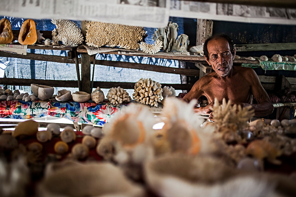 Seller of corals, pearls and shells