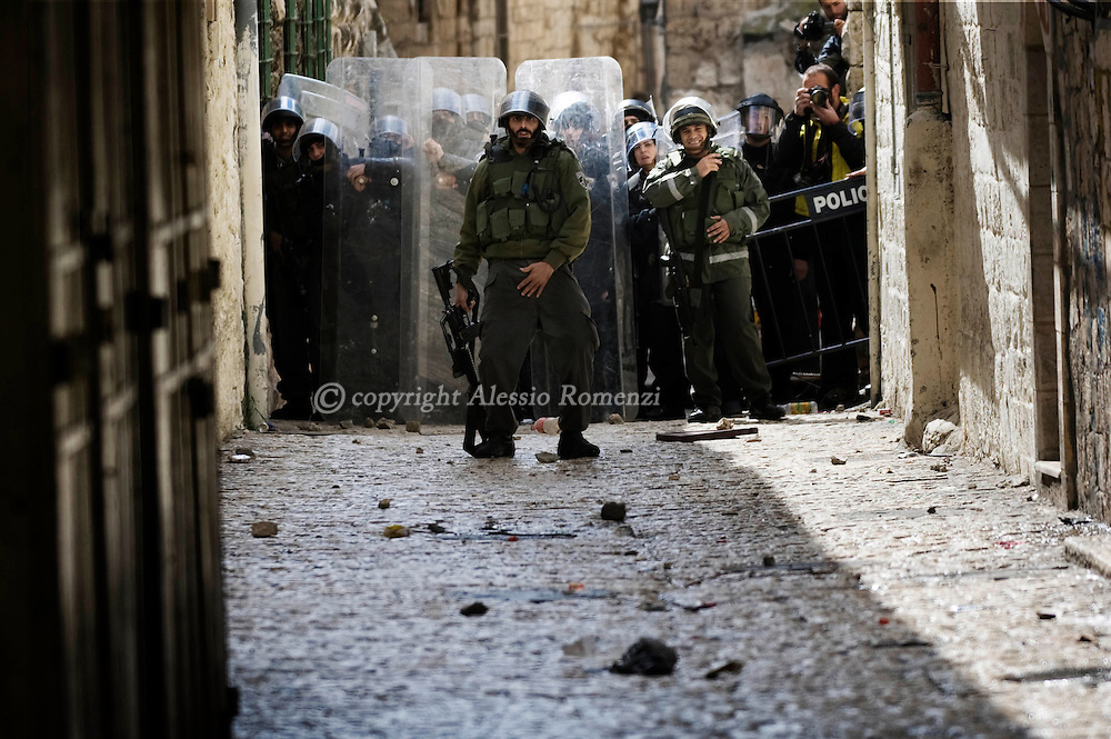 JERUSALEM : An Israeli police force take position in an alley during clashes with Palestinian youths near the Al-Aqsa mosque compound in Jerusalem's old city on February 28, 2010. Clashes broke out at Jerusalem's flashpoint Al-Aqsa mosque compound on Sunday after police entered to arrest Palestinians who had hurled rocks at visitors they believed were Jewish extremists..© ALESSIO ROMENZI