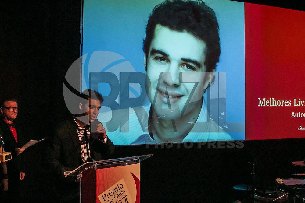 SÃO PAULO, SP, 10.11.2014 - PRÊMIO SÃO PAULO DE LITERATURA 2014/ ANÚNCIO DOS VENCEDORES - Marcos Peres recebe o prêmio de melhor autor estreante com menos de 40 anos, durante o prêmio São Paulo de Literatura, no Museu da Língua Brasileira, em São Paulo, na noite desta segunda-feira (10). (Foto: Taba Benedicto/ Brazil Photo Press)