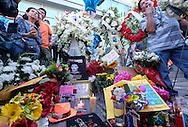 8月29日,美国好莱坞星光大道胡安&middot;加布里埃尔的&ldquo;星&rdquo;旁摆满了悼念物品。拉丁美洲歌坛泰斗,墨西哥籍传奇歌手胡安&middot;加布里埃尔, 于周日在他洛杉矶家中因心脏病发死,亨年66岁。新华社发(赵汉荣 摄) <br /> Flowers and candles surround the Hollywood Walk of Fame star of legendary Mexican singer Juan Gabriel in Los Angeles, California, the United States, on Monday, August 29, 2016.  Gabriel who was an icon in the Latin music world, died Sunday at his home in Los Angeles at age 66. (Xinhua/Zhao Hanrong)(Photo by Ringo Chiu/PHOTOFORMULA.com)<br /> <br /> Usage Notes: This content is intended for editorial use only. For other uses, additional clearances may be required.