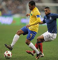 FUSSBALL   INTERNATIONAL   Testspiel   09.02.2011 Frankreich  - Brasilien ROBINHO  (li, Brasilien) gegen  Yann M VILA (Frankreich)