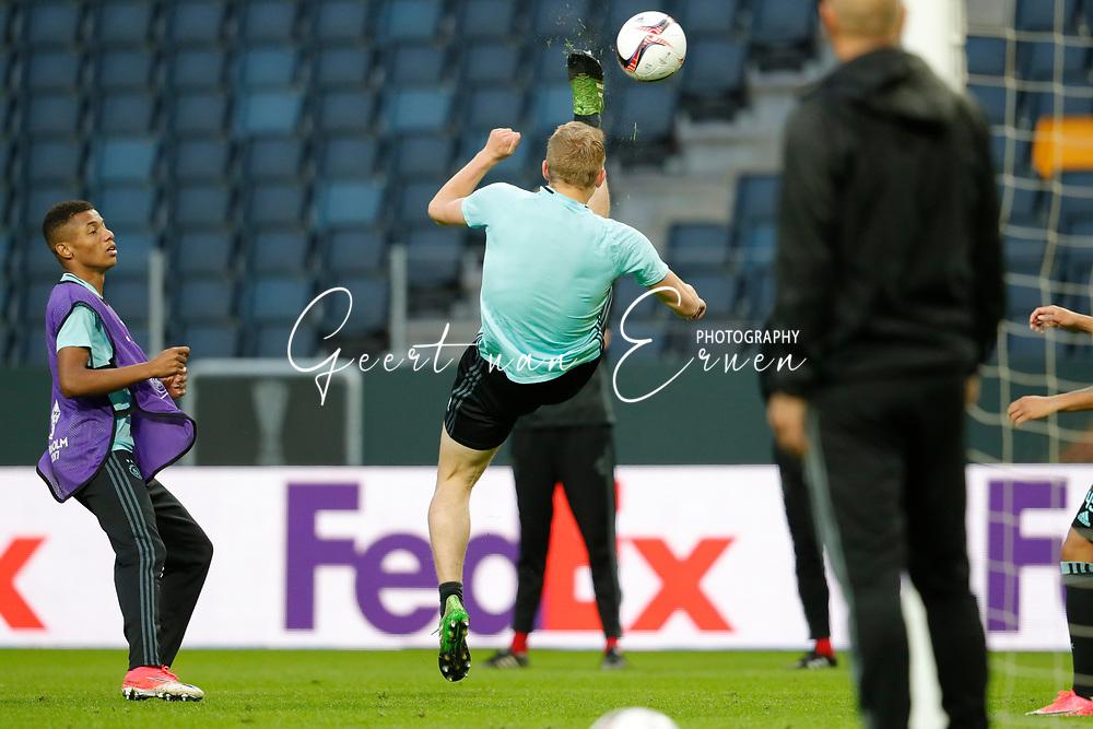 23-05-2017 VOETBAL:FINALE EUROPA LEAGUE:STOCKHOLM<br /> <br /> Ajax traint in het stadion dag voor de wedstrijd. Manchester United proefde alleen aan het veld vanwege de aanslag in Manchester. Omhaal van Donny van de Beek van Ajax <br /> <br /> Foto: Geert van Erven