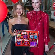 NLD/Amsterdam/20180622 - Inloop Dance4life gala 2018, Cato van Ee en Valentijn de Hingh kiezen hun favoriete condoom