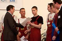30 NOV 2004, BERLIN/GERMANY:<br /> Gerhard Schroeder, SPD, Bundeskanzler, ueberreicht Auszubildenden der Firma Guhring Arbeitsvertraege/Vorvertraege, im Rahmen eines Besuches des ABB Trainings Centers<br /> IMAGE: 2004130-01-019<br /> KEYWORDS: Gerhard Schröder, Azubi, Lehrling