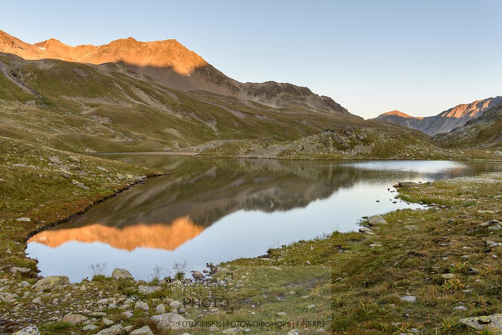 Der obere Lai da Ravais-ch mit dem Grat des Ch&uuml;ealphorns im Val Ravais-ch im Abendlicht, Berg&uuml;n, Parc Ela, Graub&uuml;nden, Schweiz<br /> <br /> The upper Lai da Ravais-ch with the ridge of the Ch&uuml;ealphorn in the Val Ravais-ch in the evening light, Berg&uuml;n, Parc Ela, Grisons, Switzerland