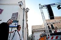 """LUNEDÌ 22 AGOSTO <br /> ALESSANO – PIAZZA DON TONINO BELLO<br /> LA NOTTE DELLA TARANTA<br /> <br /> A cinque giorni dall'atteso Concertone di Melpignano, il festival itinerante entra nella sua parte più nuova, quella che costituisce la vera scommessa di quest'anno. Da oggi al 25 il festival, oltre a continuare nella proposta di gruppi e progetti di grande qualità, diventa più che mai un laboratorio mobile, creando connessioni sonore tra alcuni dei più rappresentativi gruppi della riproposta della musica popolare salentina e grandi nomi della world music internazionale che saranno anche protagonisti dell'evento finale diretto dal maestro Einaudi. <br /> Ad aprire la serata speciale del 22 agosto, nella Piazza Don Tonino Bello di Alessano, sarà il gruppo Taranta Social Club, nato dalla convergenza di diverse esperienze artistiche che vanno dalla profonda conoscenza dei più importanti aspetti culturali e tradizionali salentini, alla decennale esperienza nella musicoterapia. Il suono della formazione è caratterizzato dal ritmo incessante della pizzica-pizzica e dai canti polivocali alla stisa. <br /> A seguire, il nuovo progetto di Anna Cinzia Villani, voce tra le più appassionate e caratteristiche della scena salentina. Al centro di questo nuovo lavoro, """"Fimmana mare e focu"""", c'è la figura femminile, raccontata attraverso i canti d'amore, quelli che la descrivono come dea irraggiungibile, degna d'amore incondizionato, o come vipera, quando l'amore non ricambiato procura sofferenza. Col solo mezzo della lingua dialettale e la conoscenza degli elementi naturali con cui fare confronti, gli uomini di un tempo componevano per le donne amate bellissimi versi per poi trasformarli in melodia. La donna, invece, cantava poco di sé, per lo più in relazione alla dimensione quotidiana e pratica della vita familiare e del lavoro nei campi."""