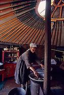 Mongolia. preparing a meal in a yurt in Sereglen  /  préparation du repas dans une famille à Sereglen  28       P0000651