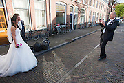 Een bruidspaar poseert nog even voor de foto.<br />